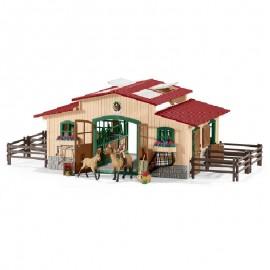 Конюшня с лошадьми и аксессуарами