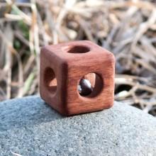Кубик с бубенцом буковый